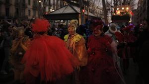 Disfrazados durante el carnaval, en la rambla de Barcelona.