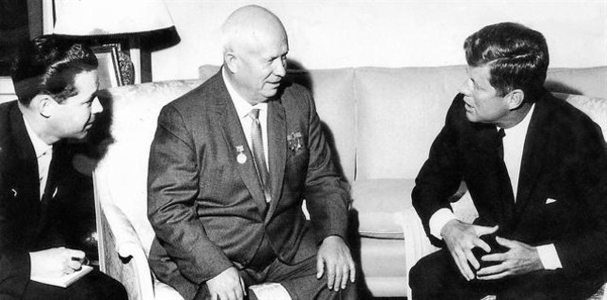 Nikita Jruschov (en el centro), durante su encuentro con Kennedy, en Viena, en junio de 1961. Había un intérprete (a la izquierda), pero no entendimiento.
