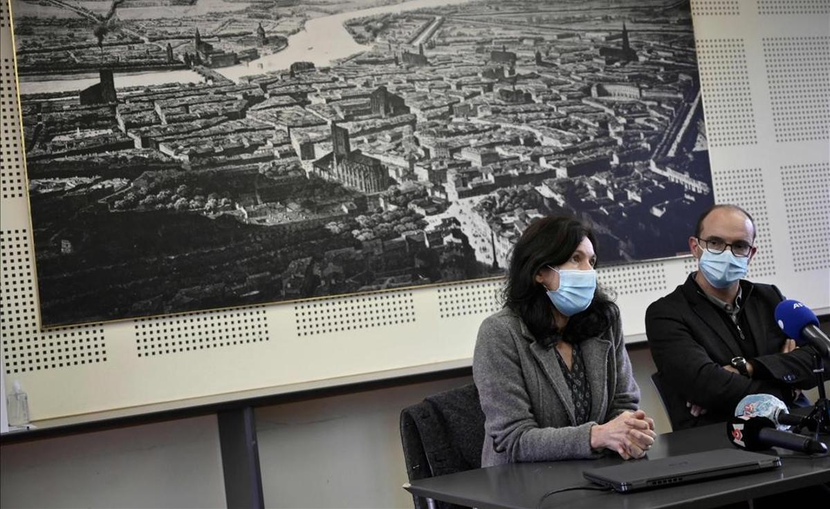El profesor Christine Mennesson (izquierda), y el director del Instituto de Estudios Políticos de Toulousse, Olivier Brossard, dan cuenta de una investigación por violación en el centro.