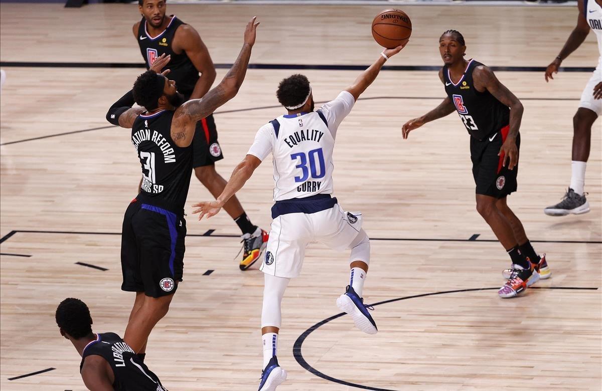 Seth Curry, rodeado de jugadores de los Clippers.