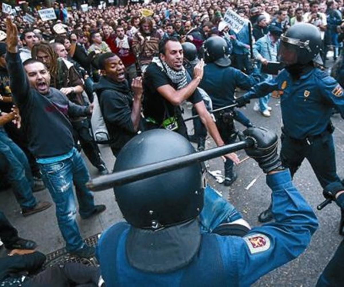 Varios momentos de la protesta de ayer contra el Congreso. En la imagen de la derecha, una de las cargas que la policía llevó a cabo contra los manifestantes.