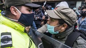 Una manifestantes se encara con un policía en una protesta en Bogotá el pasado mes de agosto contra el incremento de masacres en el suroeste de Colombia.