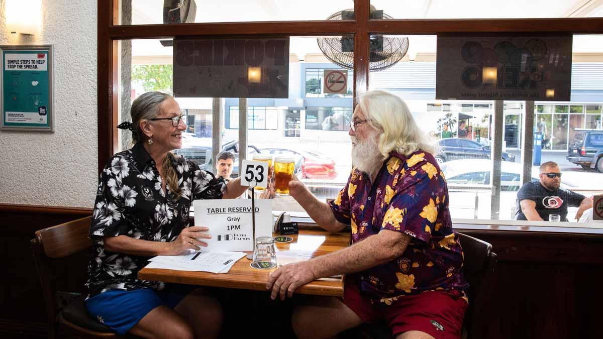 Abren los primeros pubs en Darwin (Australia), tras relajarse las normas de confinamiento.