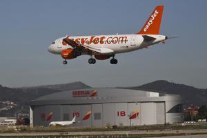 Foto de archivo de un avión de la compañía Easyjet aterrizando en el aeropuerto de Barcelona.