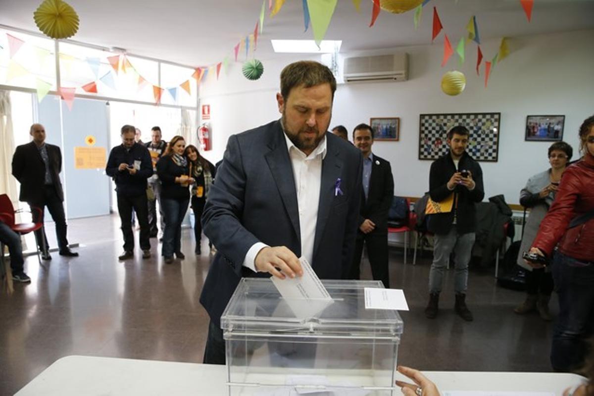 El candidato de ERC, Oriol Junqueras, deposita su voto, en Sant Vicenç dels Horts.