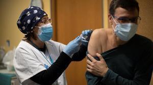 Un profesional sanitario recibe la segunda dosis de la vacuna Pfizer en el CAP Passeig Maragall de Barcelona