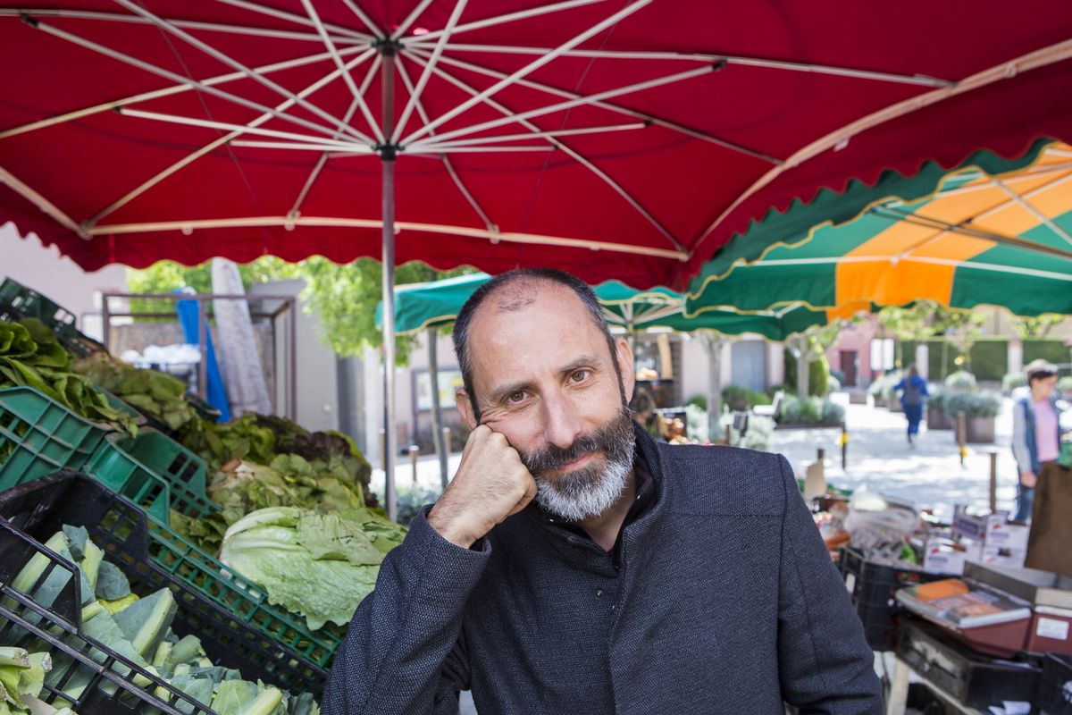 El dietista-nutricionista, profesor y divulgador Julio Basulto, en un mercado en santa Eulàlia de Ruiprimer (Osona)