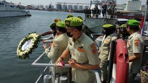 Oficiales de la marina indonesia lanzan coronas de flores al mar en homenaje a los tripulantes del submarino naufragado.