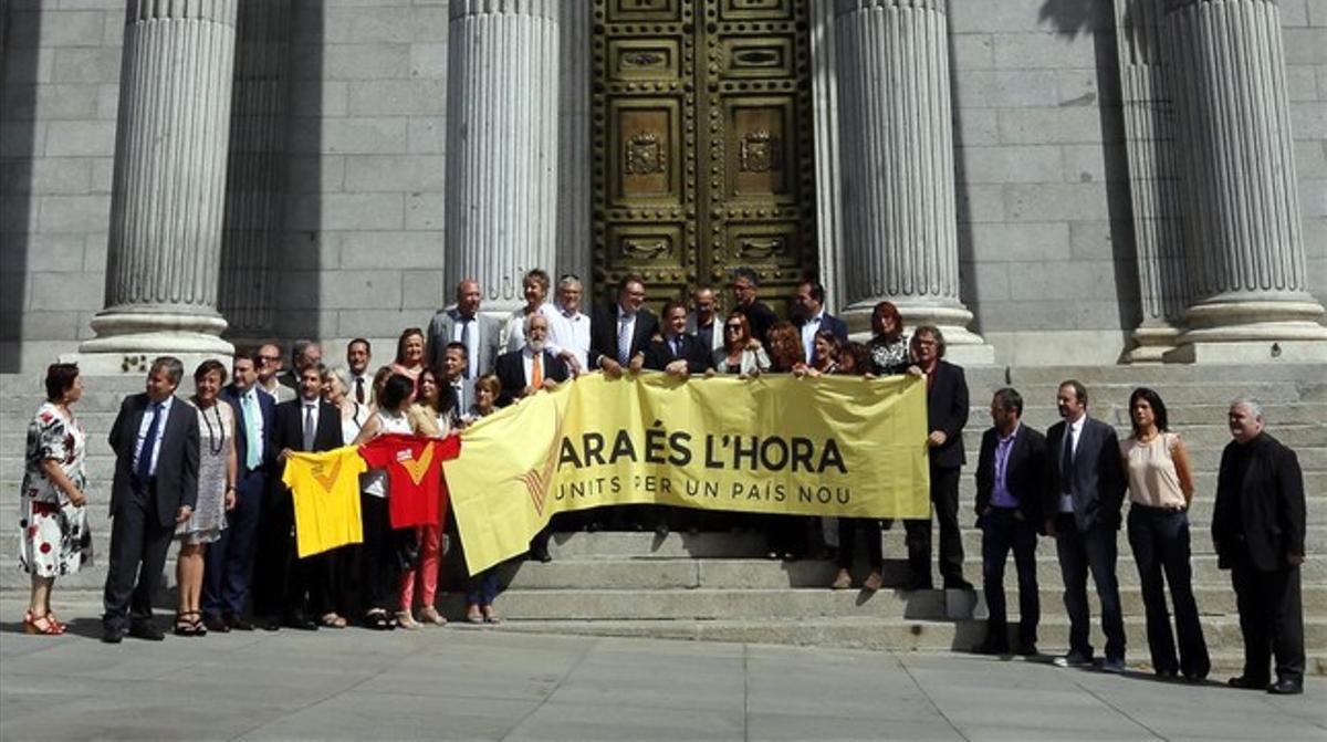 Diputados y senadores de CiU, ERC, ICV, PNV, BNG y Amaiur dan su apoyo a la 'V' de la Diada frente al Congreso, este martes.