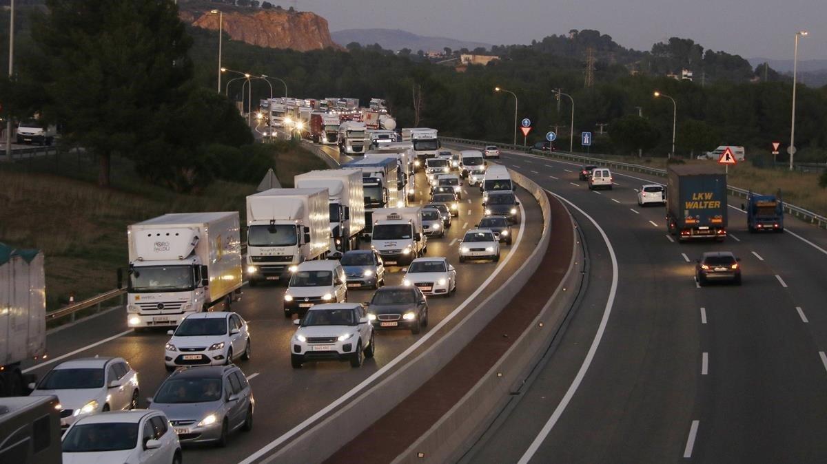 Circulación de coches y camiones en l'AP-7 dirección Tarragona