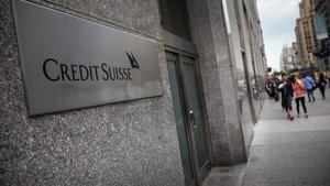 Logo de Credit Suisse en su sede principal en Nueva York, este lunes.