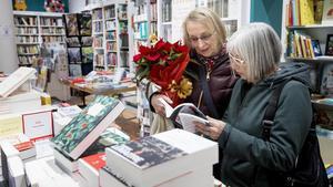 Unas mujeres hojean unos libros en la librería Jaimes.