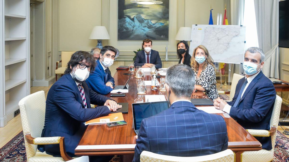 Mesa de negociación de la ampliación del aeropuerto de El Prat con Jordi Puigneró y Raquel Sánchez, el pasado 2 de agosto.