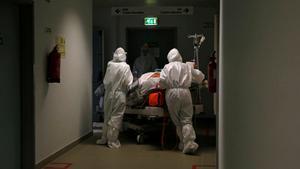 Un paciente es trasladado a la uci del Hospital de Cascais.