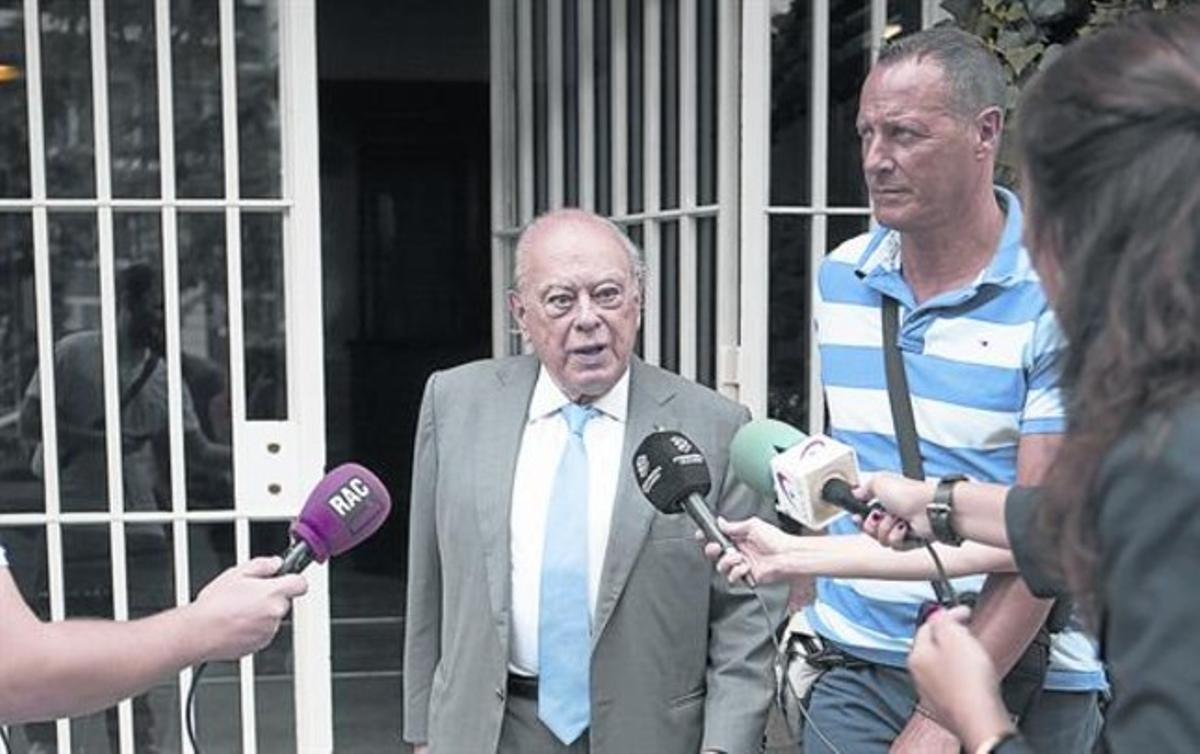 Jordi Pujol, saliendo de su casa en Barcelona.