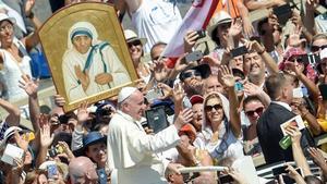 El Papa avanza entre la multitud tras la canonización de Teresa de Calcuta.