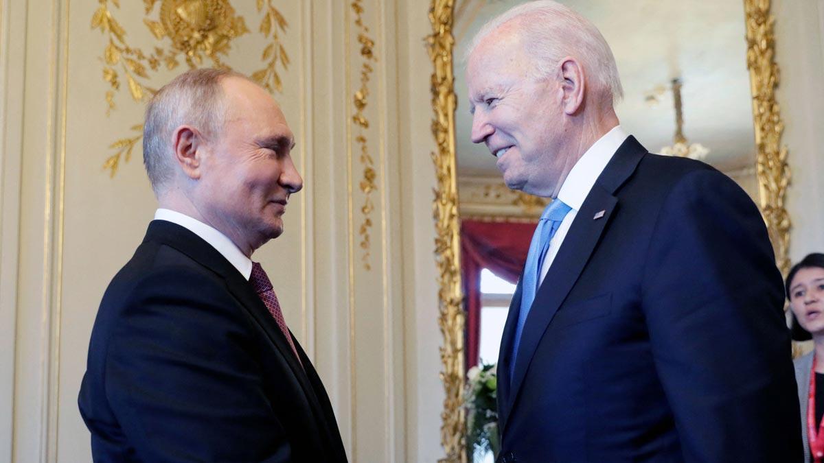 Vladimir Putin y Joe Biden se saludan durante su encuentro en Ginebra.