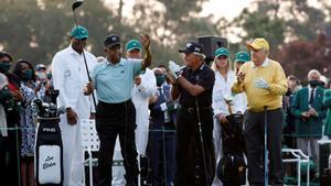 Lee Elder saluda en el Masters de Augusta, al que ha dado la salida de honor