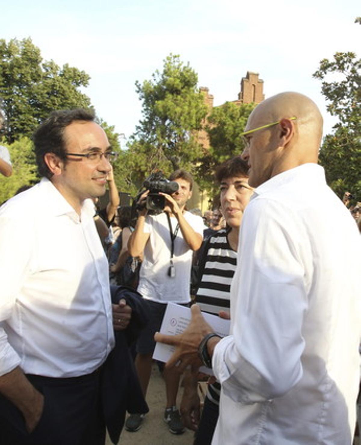 Josep Rull (izquierda) habla con el cabeza de lista de Junts pel sí, Raül ROmeva, el 5 de agosto.