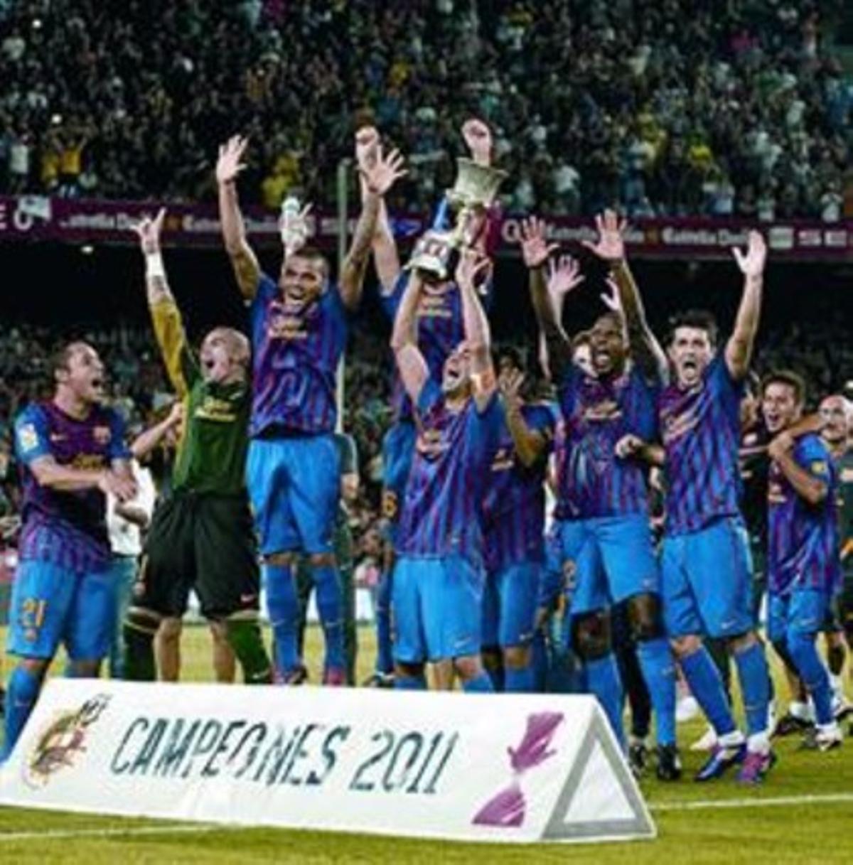 Los jugadores levantan la Supercopa en el césped del Camp Nou.