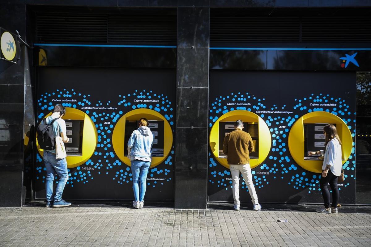 La OCU denuncia los costes de hasta 240 euros al año por el mantenimiento de una cuenta corriente