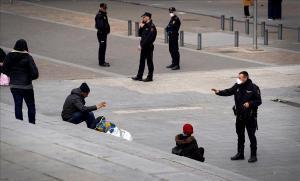 Policías hablan con unas personas en los alrededores de la estación de Príncipe Pío de Madrid.
