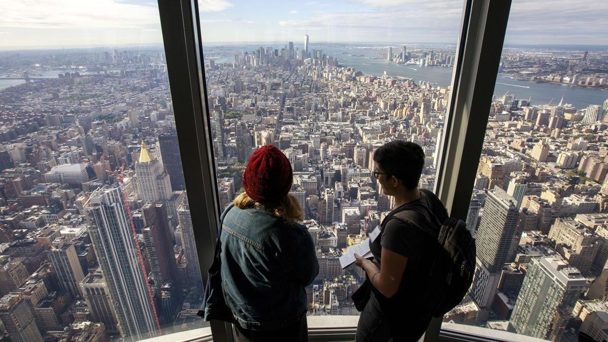 Unos visitantes, en el interior de la nueva planta circular acristalada en la planta 102 del Empire State, en Nueva York.
