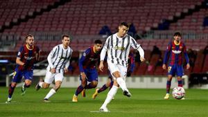 Cristiano Ronaldo marca de penalti el 0-1 al Barça en el Camp Nou.