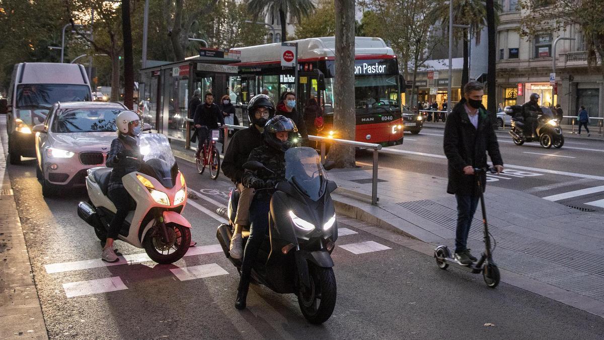 Coches, motos, bicis, peatones y autobuses, compartiendo espacio público en la Diagonal de Barcelona