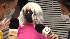 Ángela Dobrowolski siendo preguntada por los reporteros de 'Ya es mediodía' y 'Sálvame'.