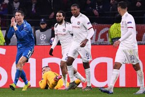 Cristiano Ronaldo protesta por una acción que consideró penalti en el encuentro frente al Lyon