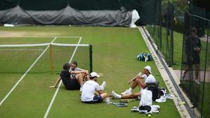 Nadal se toma un descanso en su entrenamiento en Wimbledon.