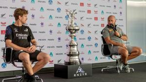 Peter Burling, (izquierda) del equipo de Nueva Zelanda y Max Sirena, del barco italiano en la rueda de prensa en Auckland previa a la competición