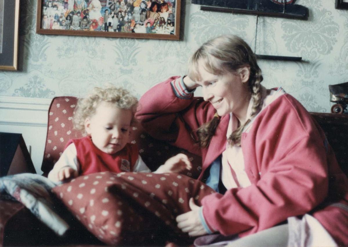 Una pequeña Dylan Farrow y Mia Farrow en una imagen recuperada en 'Allen v. Farrow'.