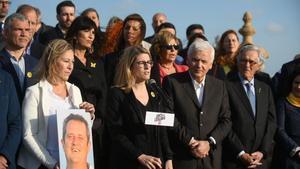 Los miembros de la candidatura de Junts per Catalunya en Barcelona, con una foto del cabeza de lista, Joaquim Forn.