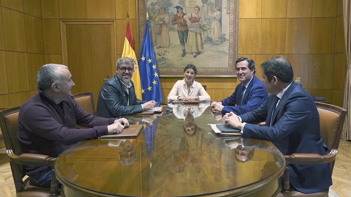 La ministra de Trabajoy Economía Social,Yolanda Diaz, y los representantes de patronal y sindicatos.