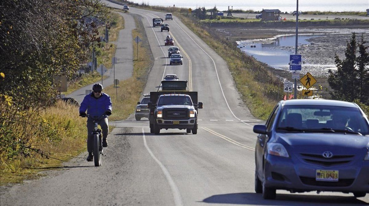 Vehículos saliendo dela ciudad Homer Spit, en Alaska, este lunes,después de la alerta por tsunami.