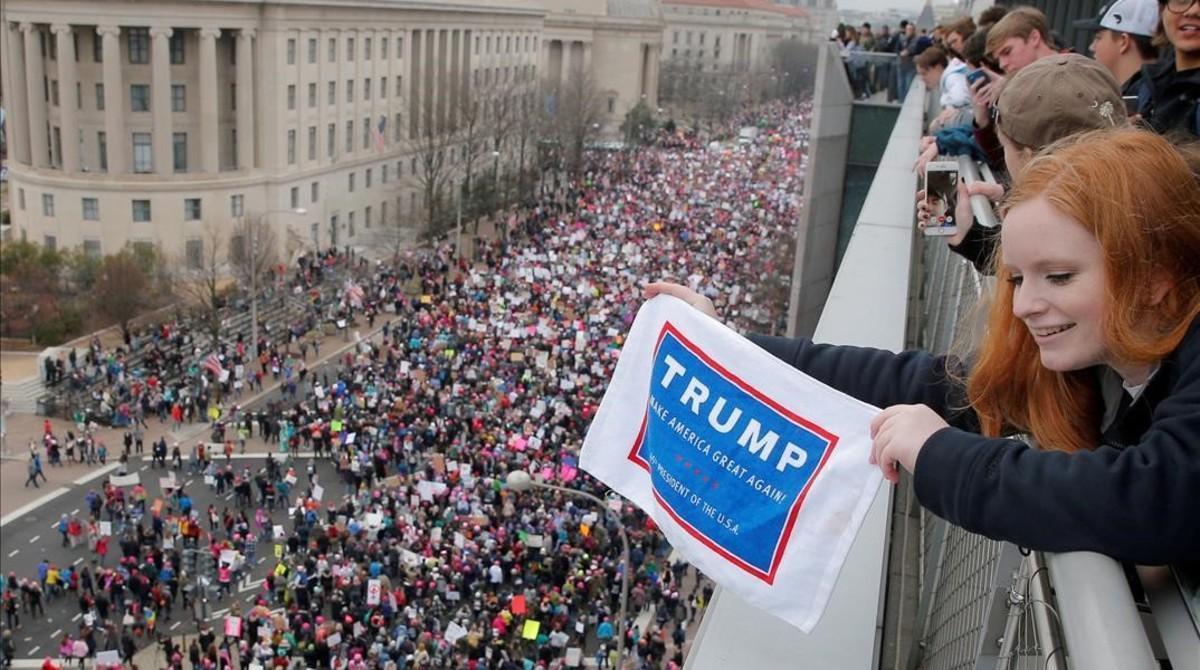 Emma Humphries, de 16 años, sostiene un cartel de Trump durante la manifestación en Washington, el 21 de enero.