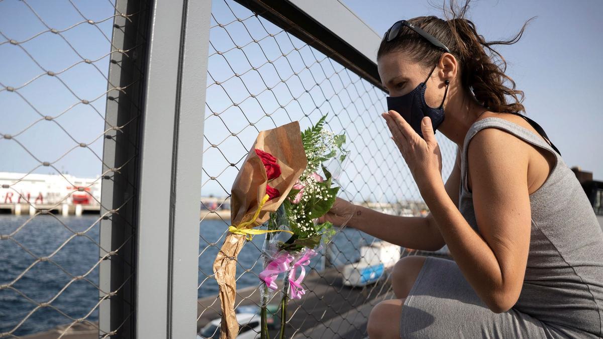 Ofrenda floral por las niñas Olivia y Anna en el puerto de Santa Cruz de Tenerife.