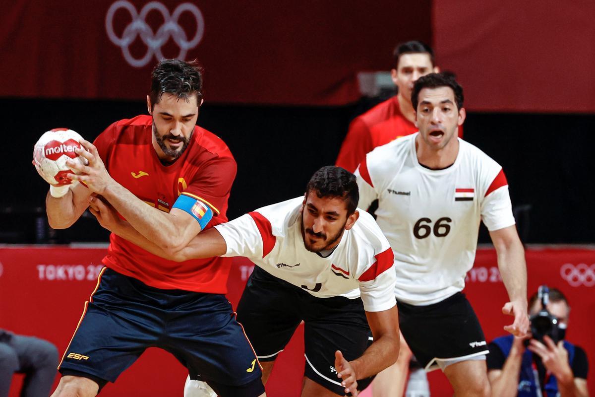 Entrerríos controla el balón en el partido por el bronce ante Egipto