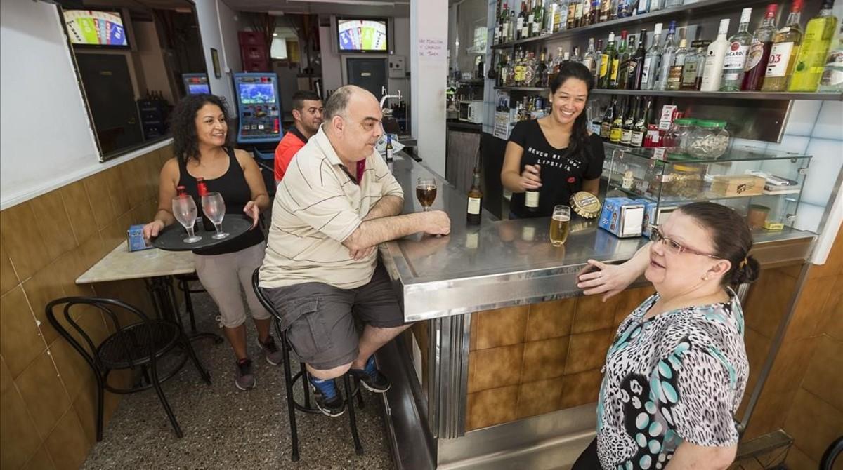 Tamara, tras la barra del bar El Puerto, en La Verneda, que regenta desde hace 10 meses.