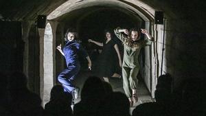 El colectivo Voces durante la representación del espectáculo 'A recer', en el refugioantiaéreo de Sant Adrià deBesòs.