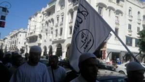 Un grup de vianants porta una bandera amb els símbols de l'Estat Islàmic en una avinguda de Rabat.