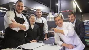 Andrea Caiazzo, Josep Queralt y Júlia Cordovilla, con Joan y Josep Roca, en la cocina de El Celler de Can Roca.