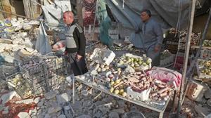 Mercado sirio de Atareb, al oeste de Alepo, bombardeado con un balance de al menos 53 muertos.