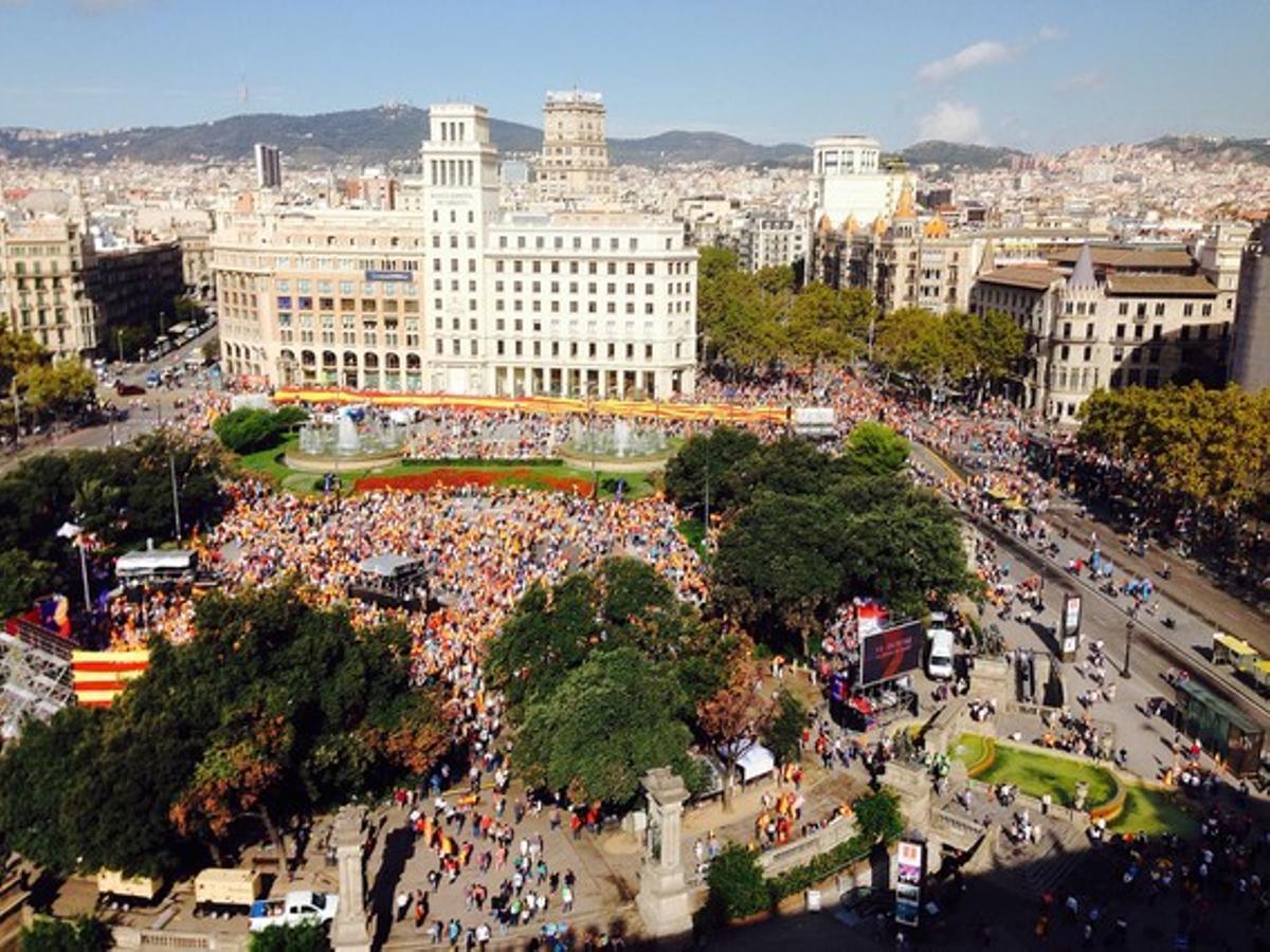 Vista aérea de la plaza de Catalunya, con miles de manifestantes.