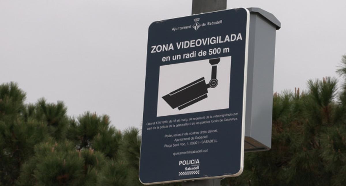 Cartel que advierte de las cámaras de videovigilancia en Sabadell