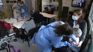 La vacuna alleuja els geriàtrics: «Ja no ens morim»