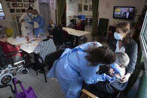 Los ancianos del geriátrico de Sant Pere de les Fonts (Terrassa) reciben la segunda dosis de la vacuna, este jueves.