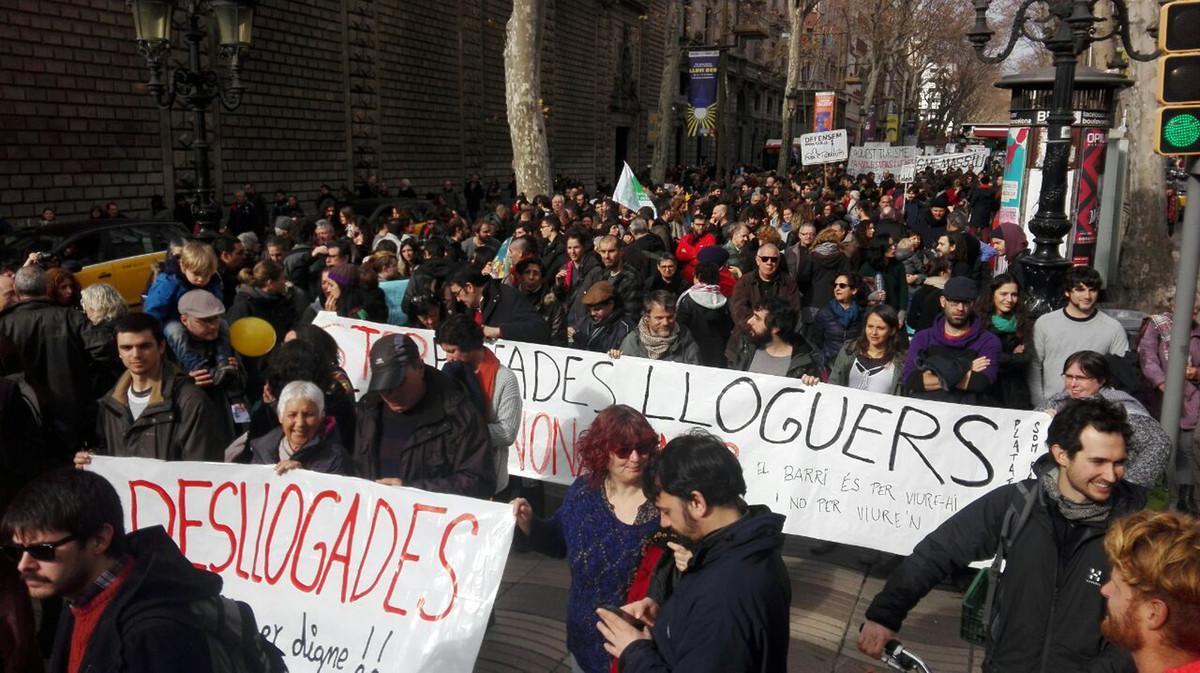 Miembros del colectivo Desllogades se manifiestan en la Rambla el pasado 28 de enero para denunciar la burbuja del alquiler.